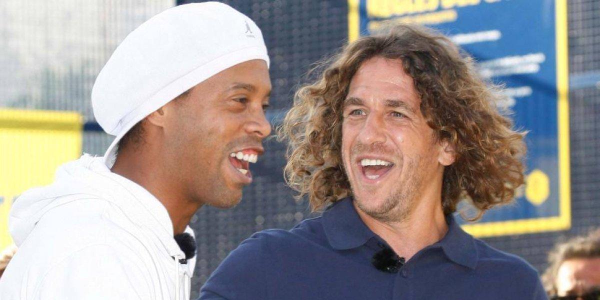 VIDEO. Ronaldinho le hizo una travesura a Carles Puyol, en una transmisión en vivo