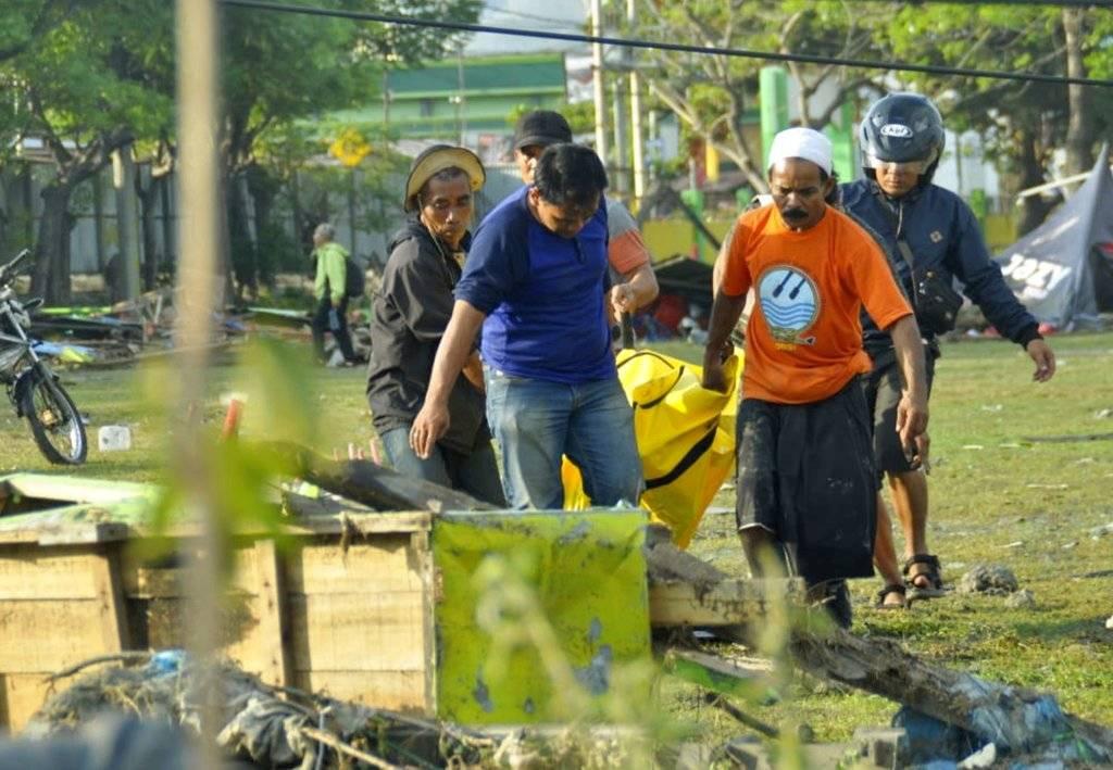 El tsunami arrasó con edificios y mató a cientos de personas en la isla de Célebes, Indonesia Foto: AP