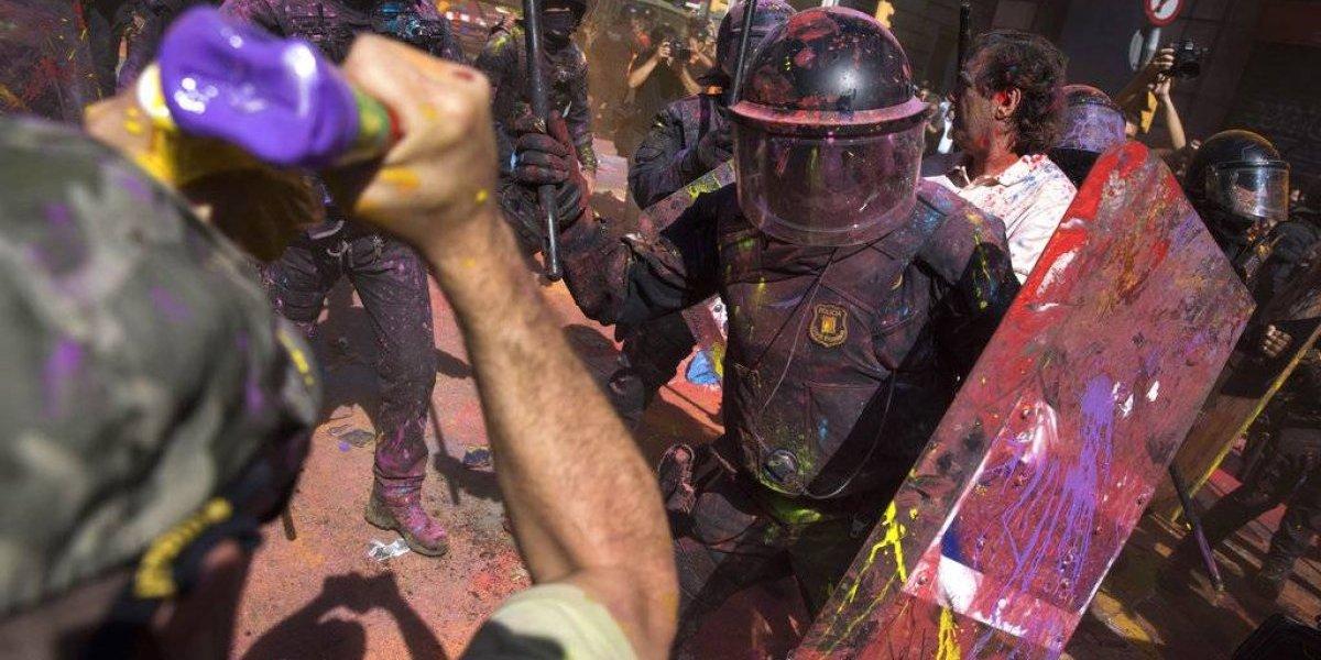 Galería: las coloridas postales que dejó el enfrentamiento entre la policía y los separatistas catalanes en Barcelona