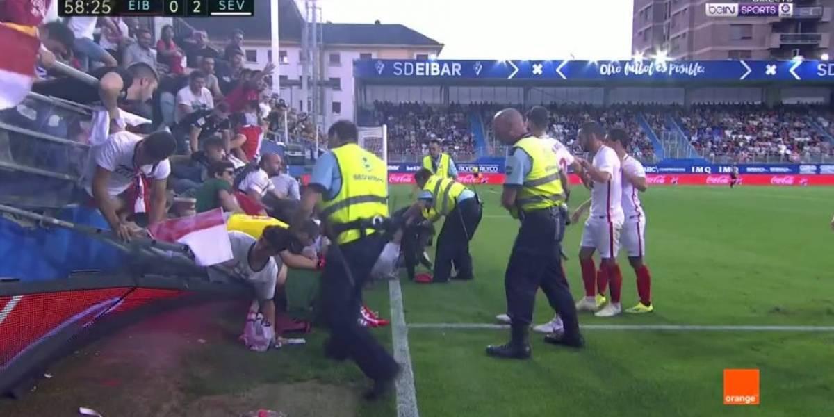 Tribuna del estadio del Eibar se vino abajo y dejó a varios hinchas del Sevilla lesionados