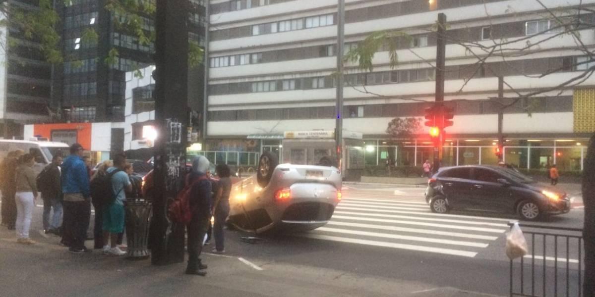 Carro capotado complica trânsito na avenida Paulista