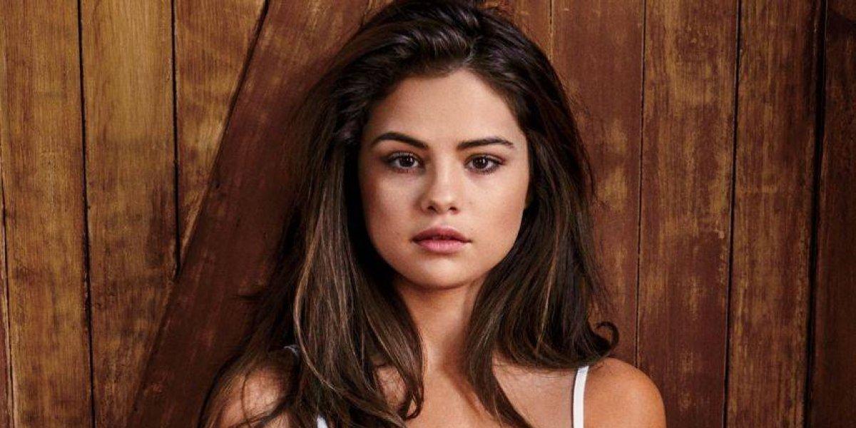 Apretada tanga blanca de Selena Gomez desborda sus carnes en plena playa
