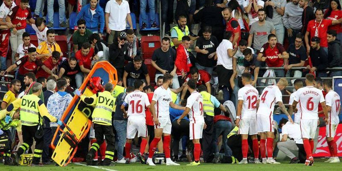 FOTOS. Valla provoca avalanchaen pleno partido, fans resultan heridos