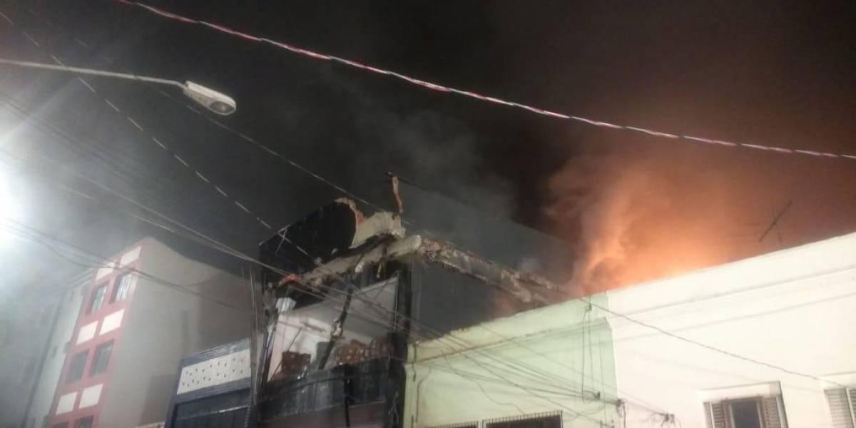 Incêndio destrói prédio comercial no centro; bombeiro fica ferido