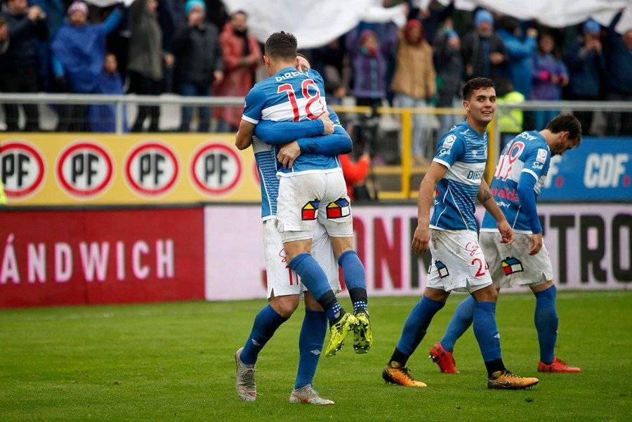 Diego Buonanotte brindándole un efusivo abrazo a Luciano Aued tras el gol que le dio el triunfo 1-0 a la UC sobre Colo Colo / Agencia UNO