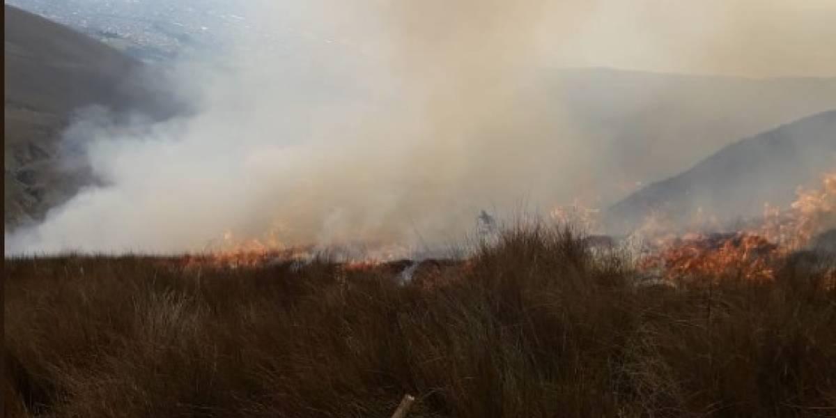 Bomberos trabajan para controlar el incendio forestal en el cerro Atacazo