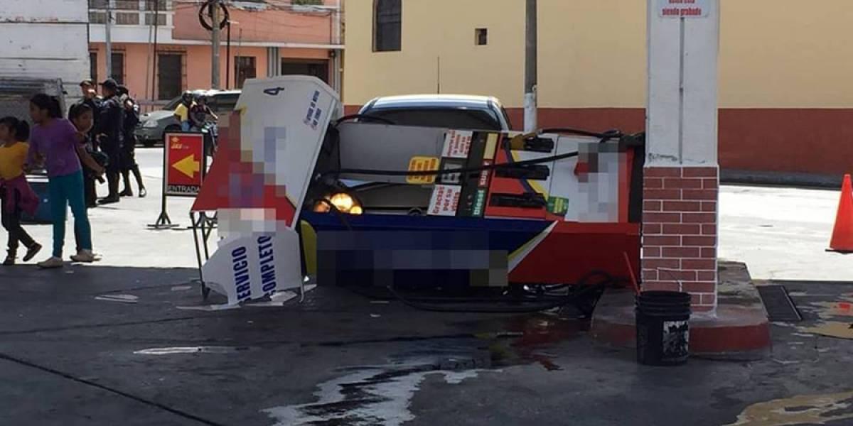 Bomba de despacho de combustible cae sobre vehículo