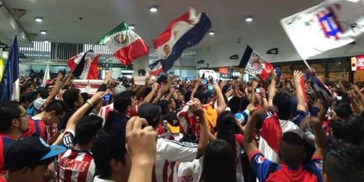 VIDEO: Afición de Chivas tiene altercado con Prensa capitalina