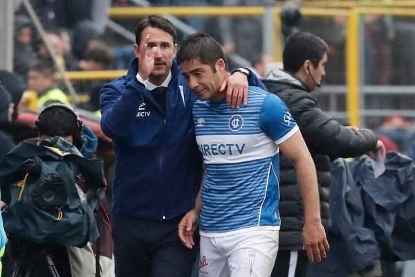 Beñat fue uno de varios que intentó consolar al Huaso Álvarez después de su tempranera salida del campo de juego / Foto: Photosport