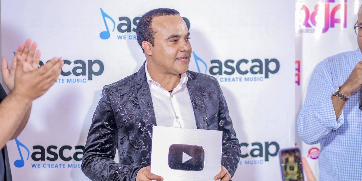 Zacarías Ferreira recibe placa de reconocimiento por 100,000 suscriptores en su canal de Youtube
