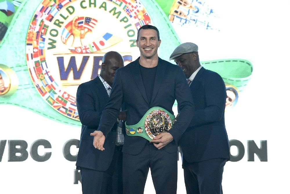 Wladimir Klitschko recibe el cinturón por parte de Evander Holyfield y Lennox Lewis Notimex