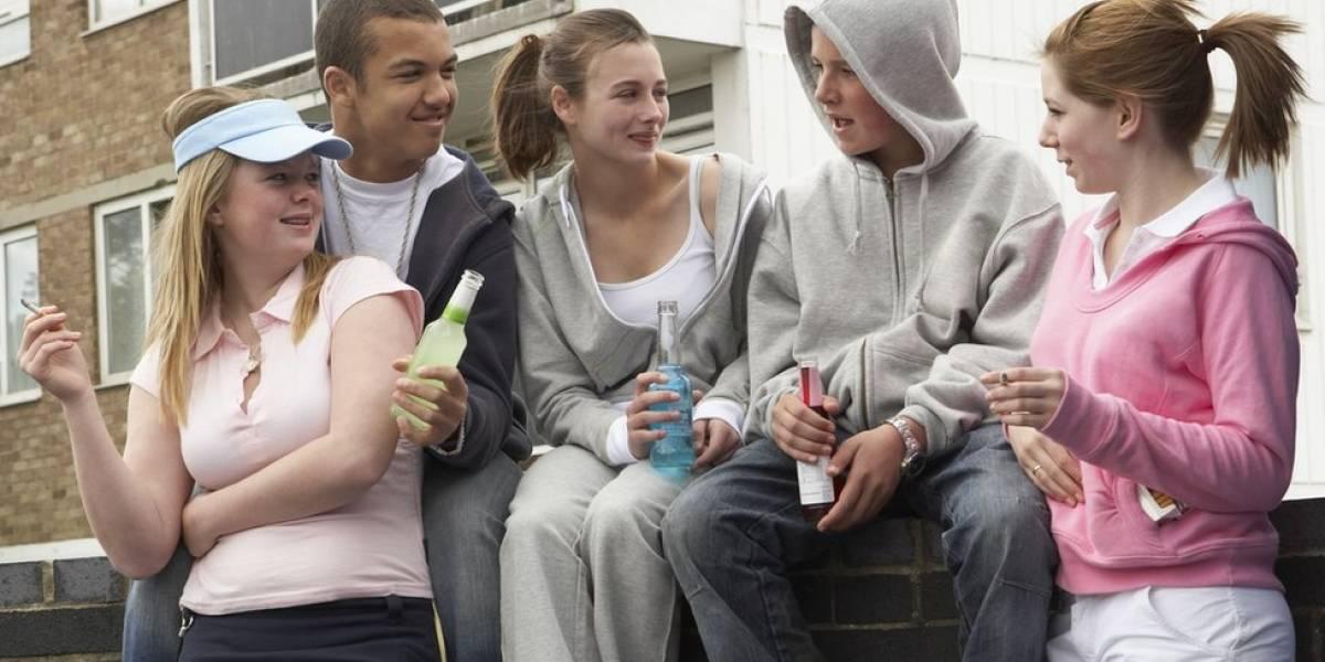 Adolescentes que fumam e bebem têm prejuízos à saúde já aos 17 anos, aponta estudo