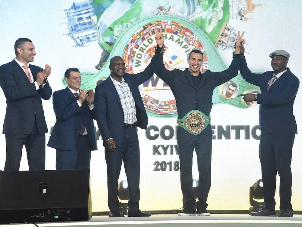 Wladimir levanta los brazos como campeón honorario de peso completo Notimex