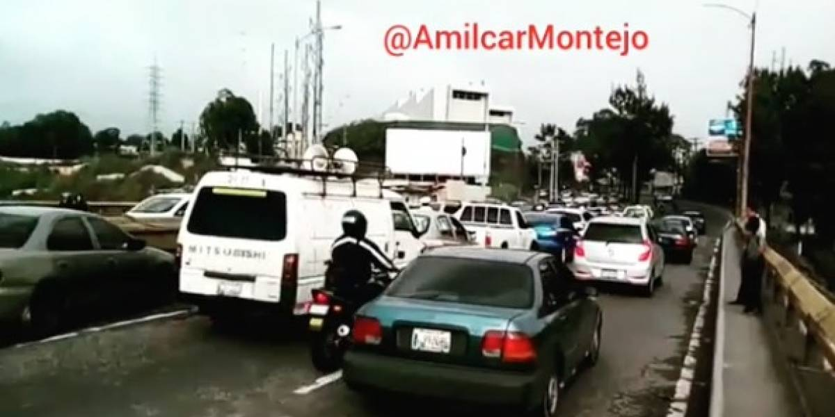 Tránsito complicado por múltiple colisión en puente el Incienso