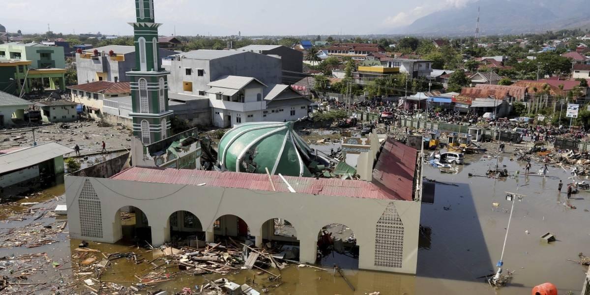 Un hombre alerta sobre la llegada del tsunami — Video desesperante