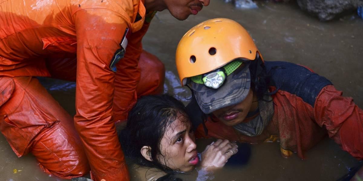 Indonesia: Empiezan a sepultar a víctimas del terremoto