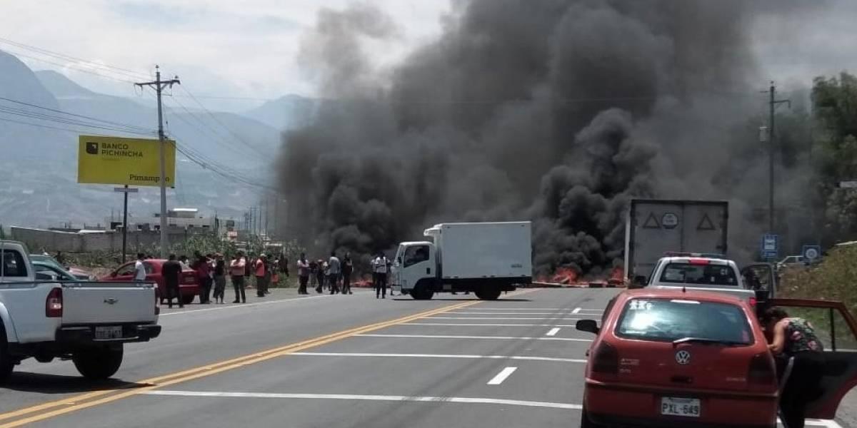 La vía Panamericana se encuentra habilitada parcialmente por protesta en el Juncal, Imbabura