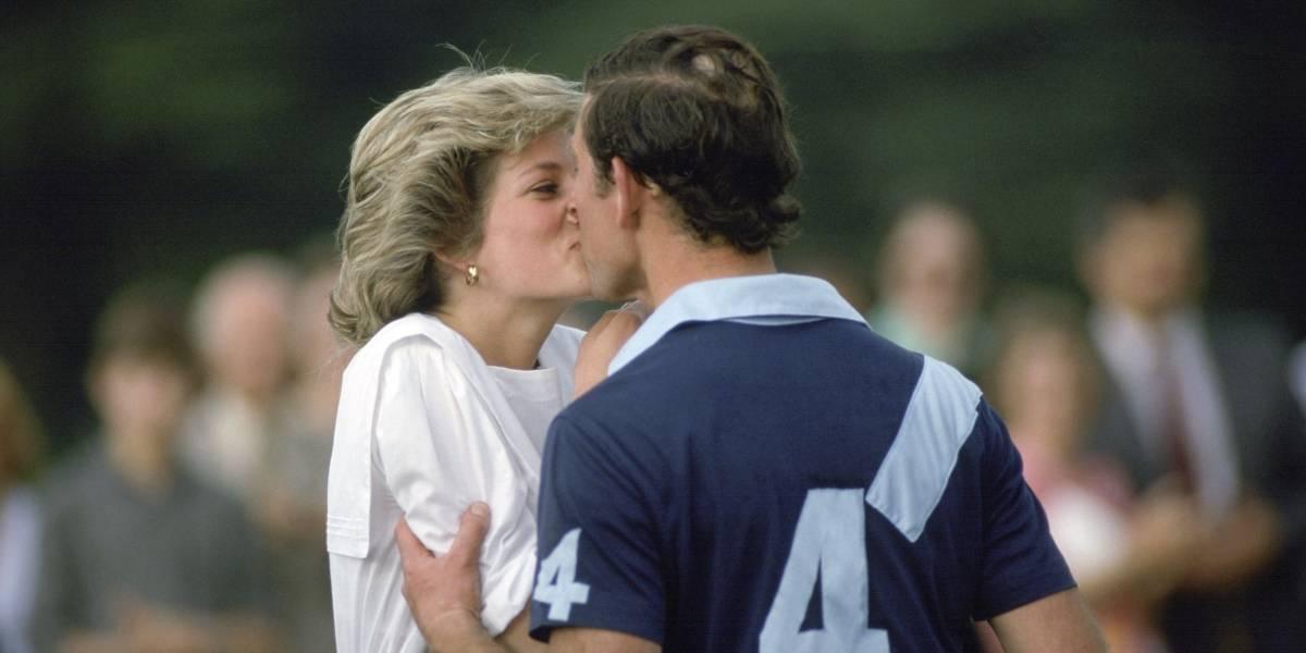 El día que Diana esquivó el beso de 'Judas' de Carlos ante la mirada de decenas de fotógrafos