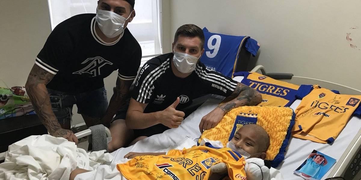 Visitan Vargas y Gignac a niños con cáncer