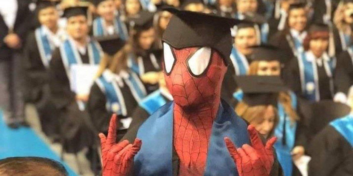 El hombre araña se gradúa de Derecho: joven acude a recibir su diploma disfrazado de famoso superhéroe