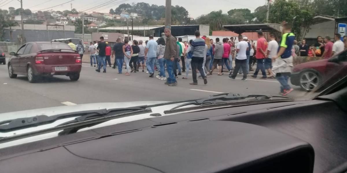 Manifestação bloqueia pista lateral da rodovia Raposo Tavares