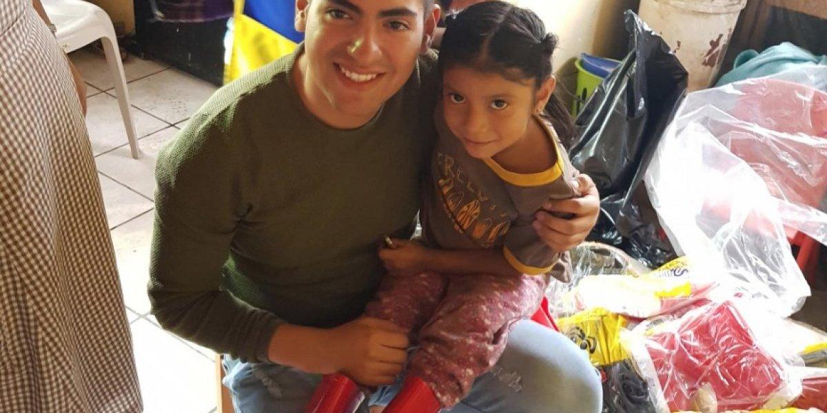 Joven guatemalteco regala botas de hule a niños del Relleno Sanitario por el Día del niño