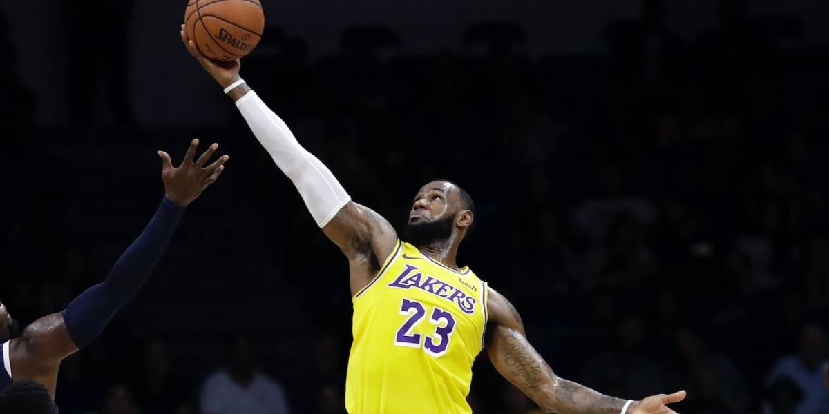 LeBron James cautiva a aficionados al iniciar nueva era con Lakers