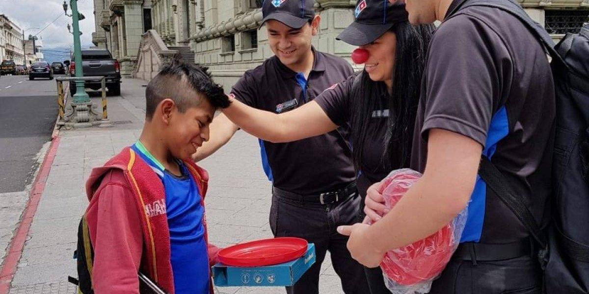 Con una pizza y un regalo sorpresa, Domino's celebra el Día del niño en las calles