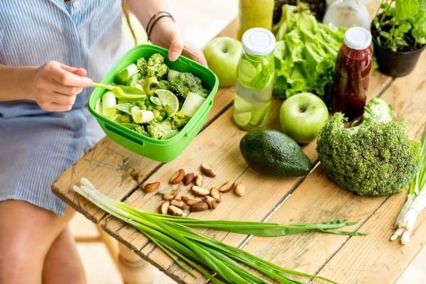 Todas las verduras y vegetales de hoja verde tienen propiedades antioxidantes y son una fuente de vitamina C y E. También son ricas en antioxidantes las nueces, almendras, avellanas, pistachos y otros frutos secos, así como el cacao. / Thinkstock