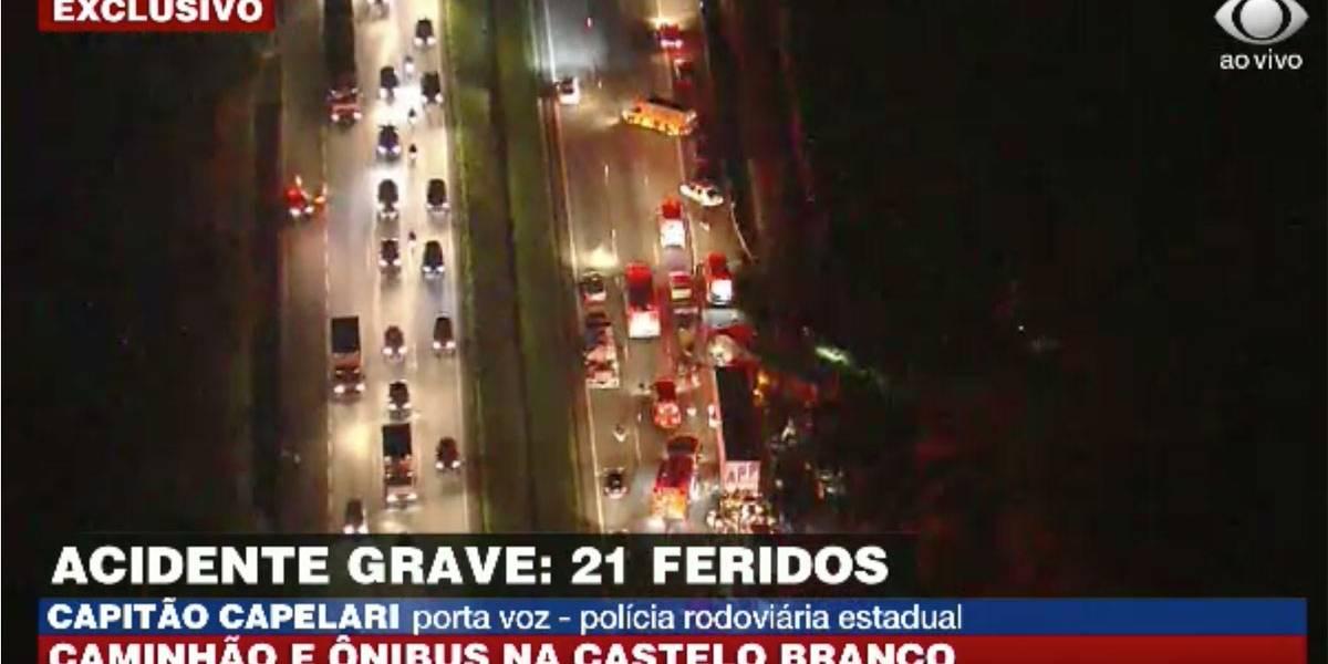 Ônibus bate em caminhão e tomba na Castello Branco; 2 morreram