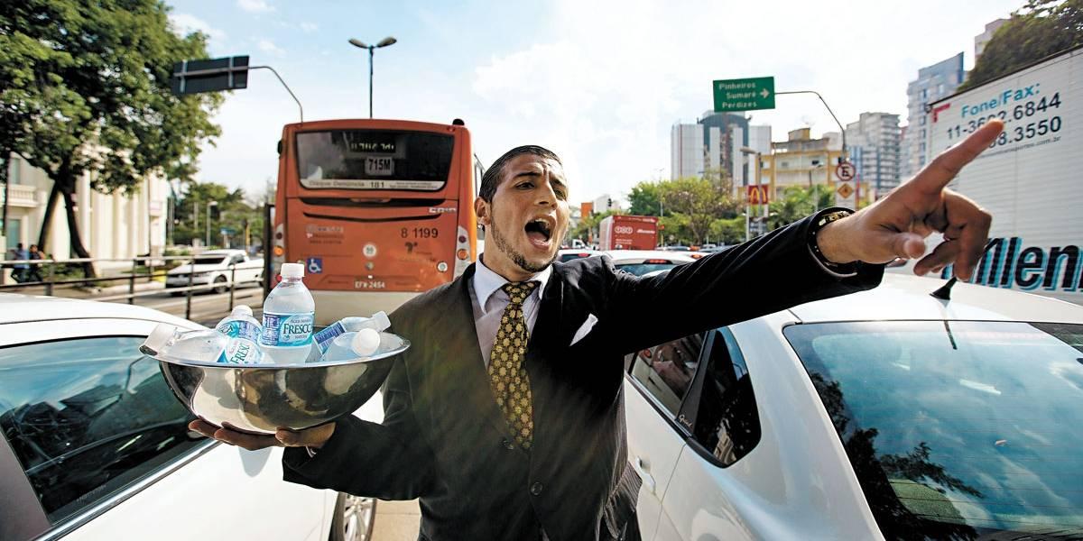 Vendedor de água enfrenta calor de terno em SP