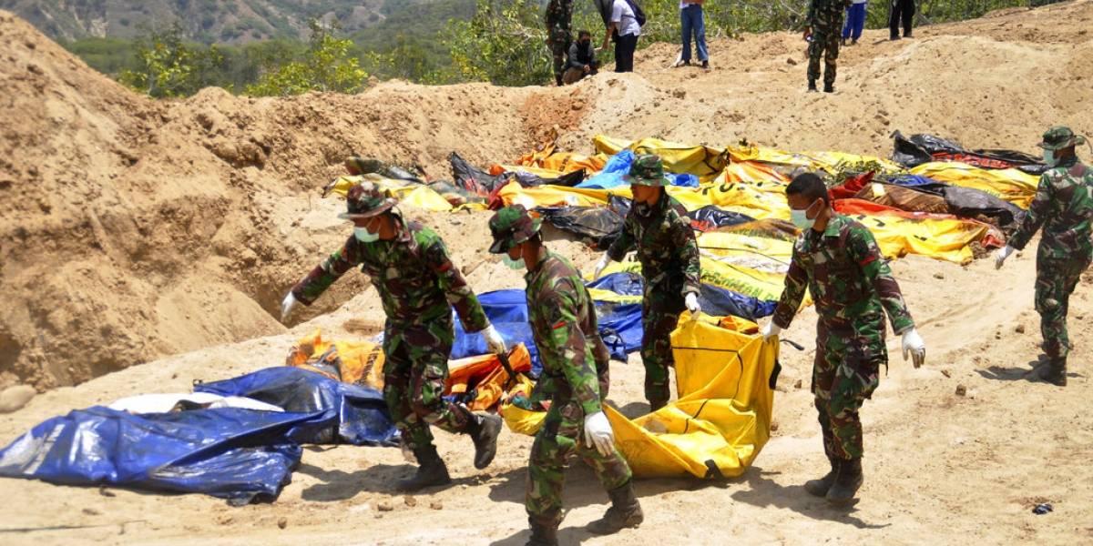 Desesperación y caos en Indonesia por el sismo y tsunami: muertos son enterrados en fosas ante peligro de enfermedades