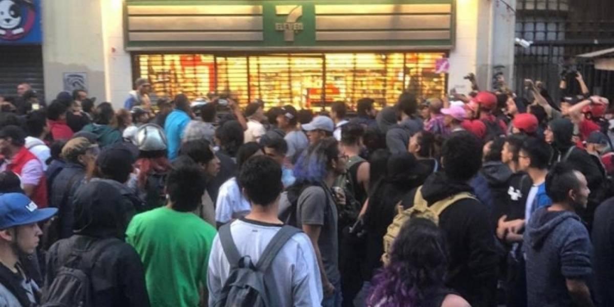 Anarquistas irrumpen en comercios durante marcha del 2 de octubre