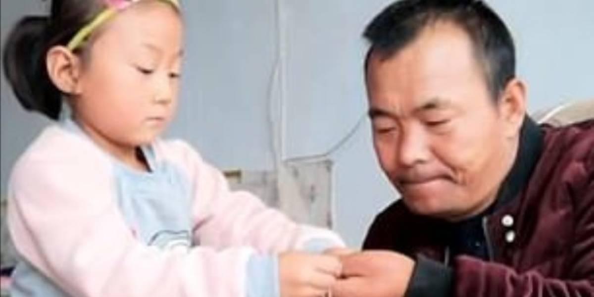 Una maravillosa historia de amor: niña de 6 años cuida a su padre parapléjico tras ser abandonados por su madre