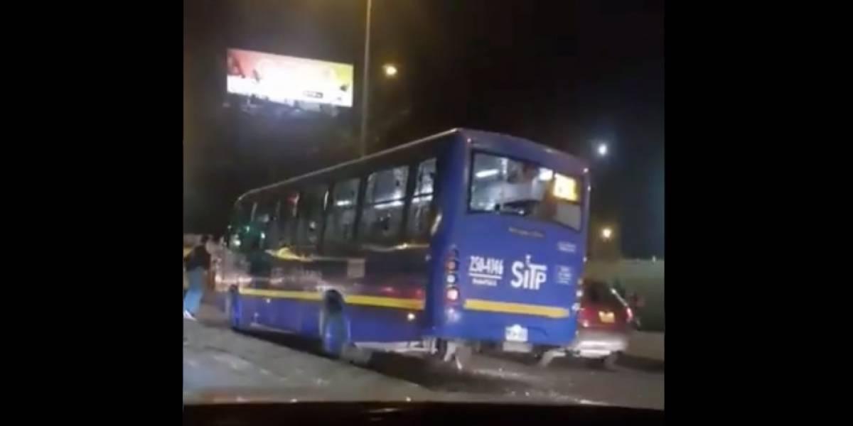 Armados y con bates, así atacaron varios hombres un bus del Sitp