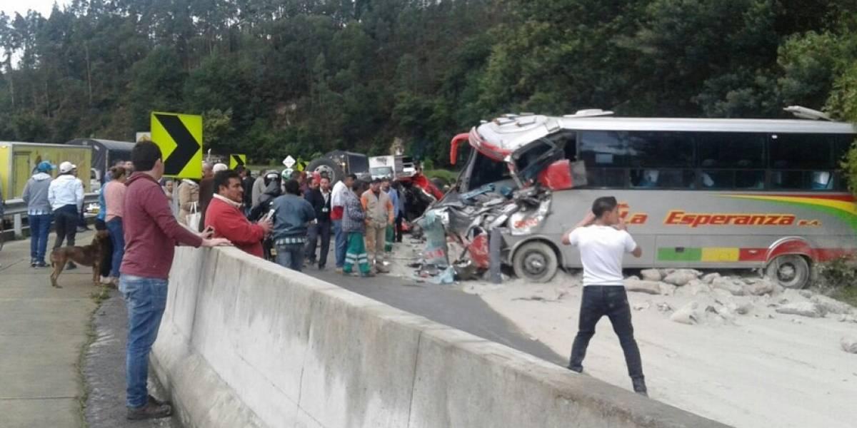 Grave accidente entre bus y tractomula en la vía Bogotá - La Vega