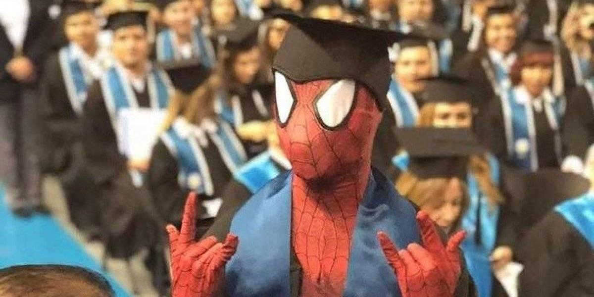 Joven acude a recibir su diploma disfrazado de famoso superhéroe