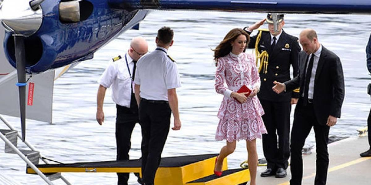 ¿Sexismo? Kate Middleton debe seguir esta anticuada costumbre al salir de un avión y el príncipe William no