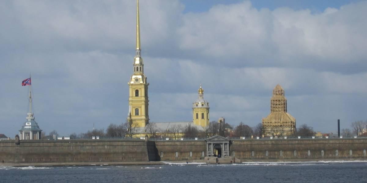 Navio com mais de 300 pessoas pega fogo na Rússia