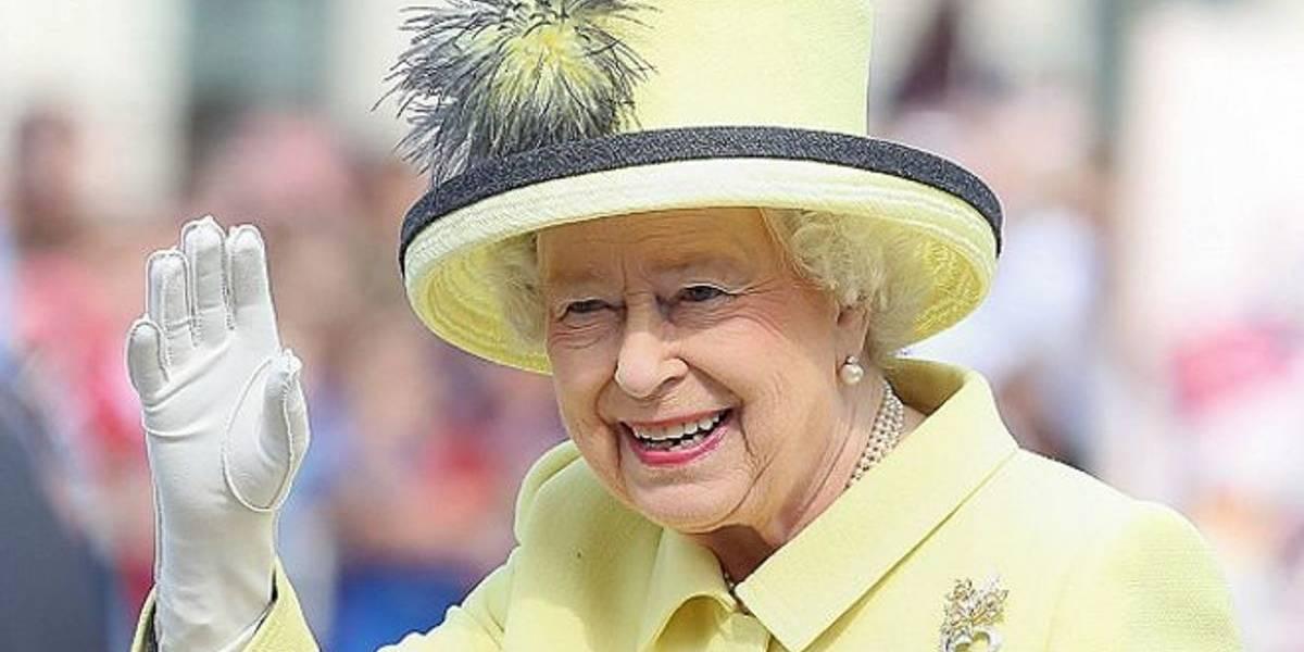 ¿Qué? La Reina Isabel II tiene una mano falsa para saludar a la gente