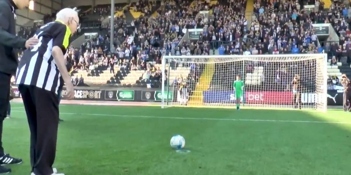 VIDEO: Histórico club inglés invita a hincha de 94 años a marcar gol