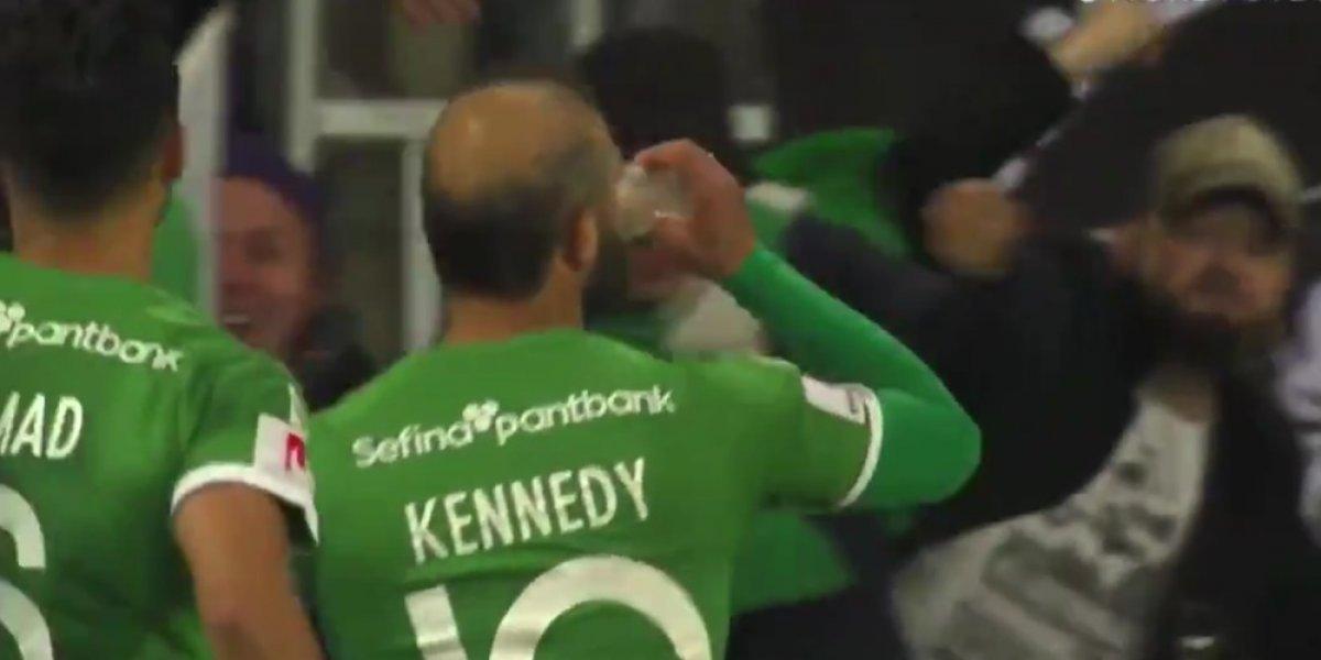 Futbolista celebra gol con una cerveza lanzada desde las gradas