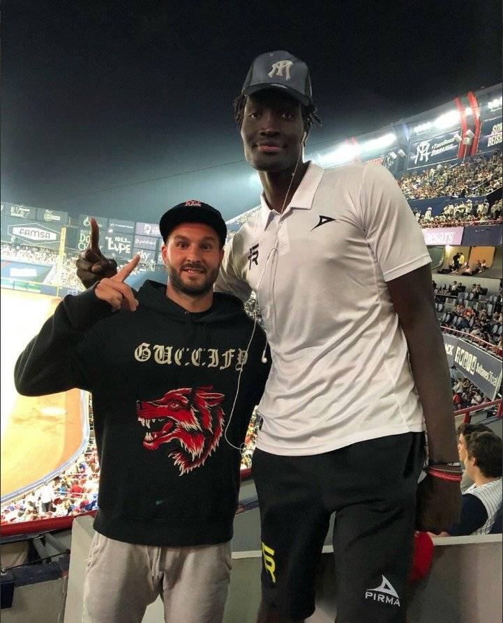 Gignac con el enorme jugador senegalés. / Twitter: @SultanesOficial