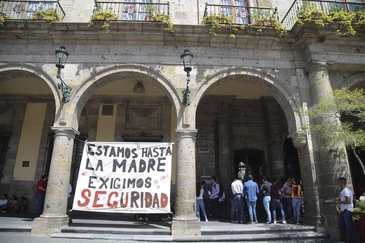 Marchan en protesta por agresión a estudiante del CUCSH