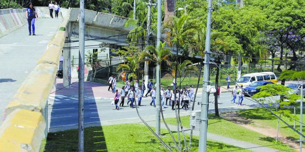 Pedestres rejeitam passarela no paço de São Bernardo por insegurança