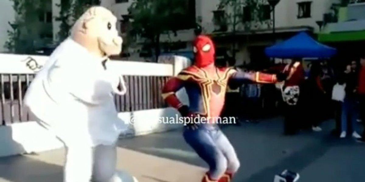 Esperábamos este video con la vida: la épica batalla entre el Estúpido y Sensual Spiderman y el Dr. Simi que tiene de cabeza a las redes sociales
