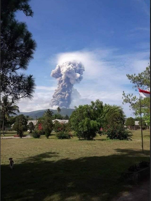 Volcán entra en erupción en isla de Indonesia devastada por terremoto y tsunami AP