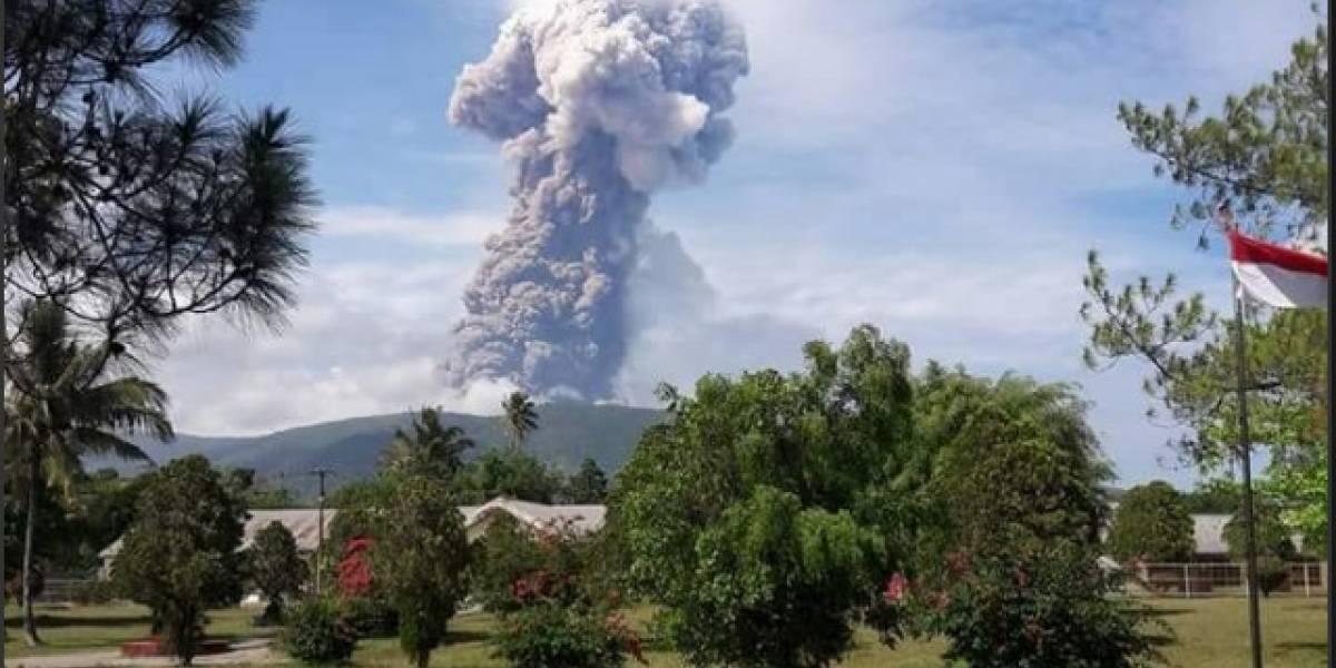 Volcán entra en erupción en isla de Indonesia devastada por terremoto y tsunami