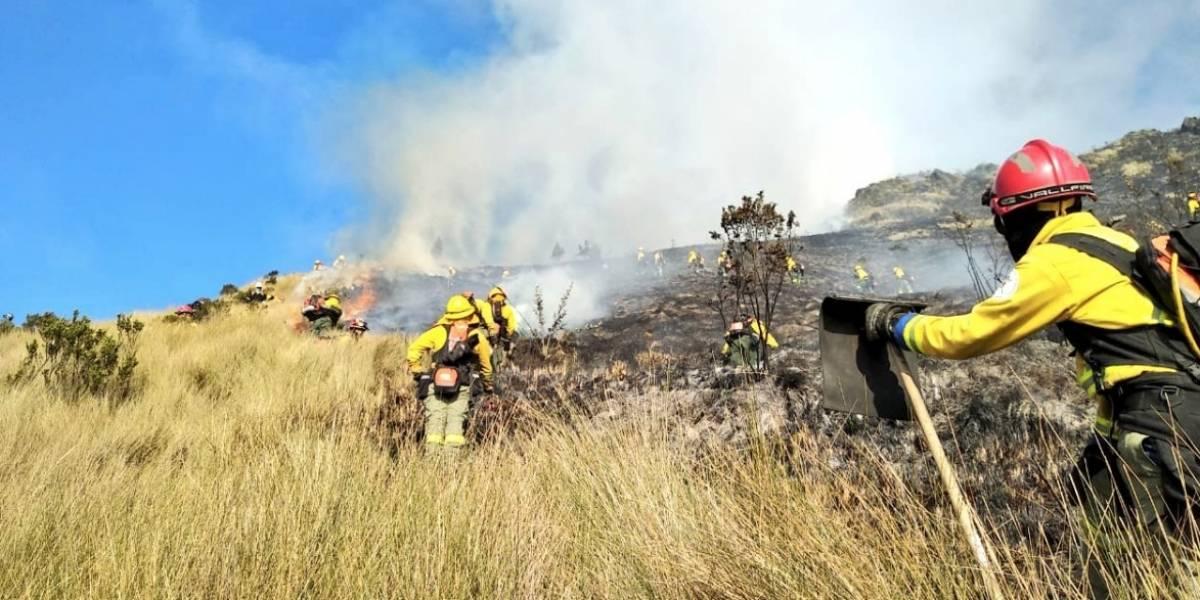 Bomberos de Quito reportaron incendio forestal en la zona sur del cerro Atacazo