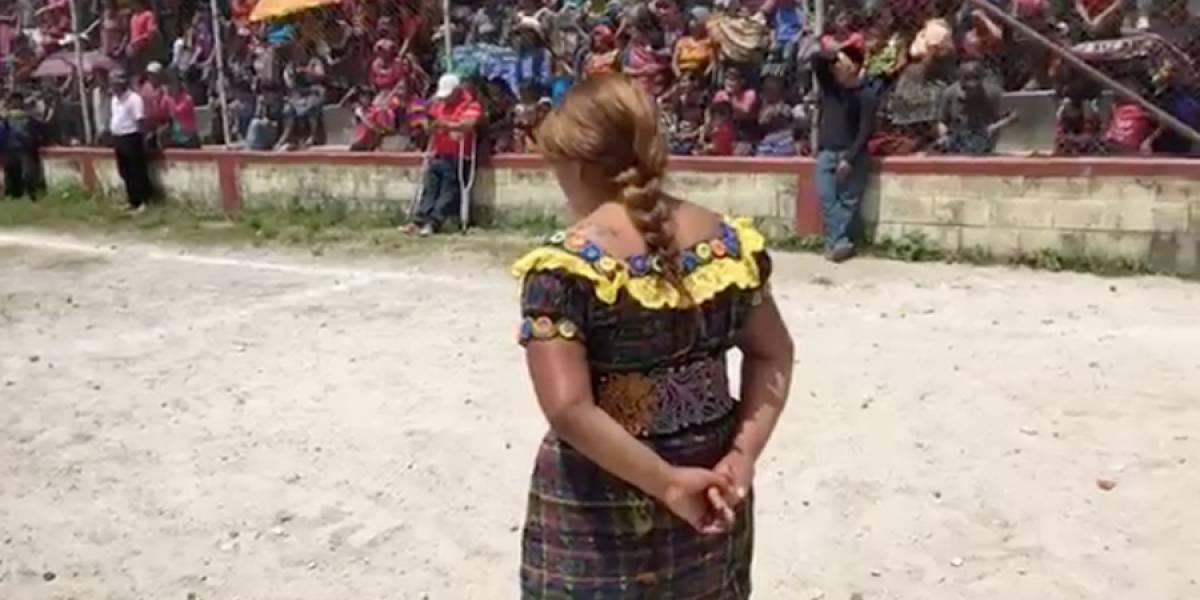 VIDEO. Mujer acusada de robo recibe castigo comunitario en Quiché